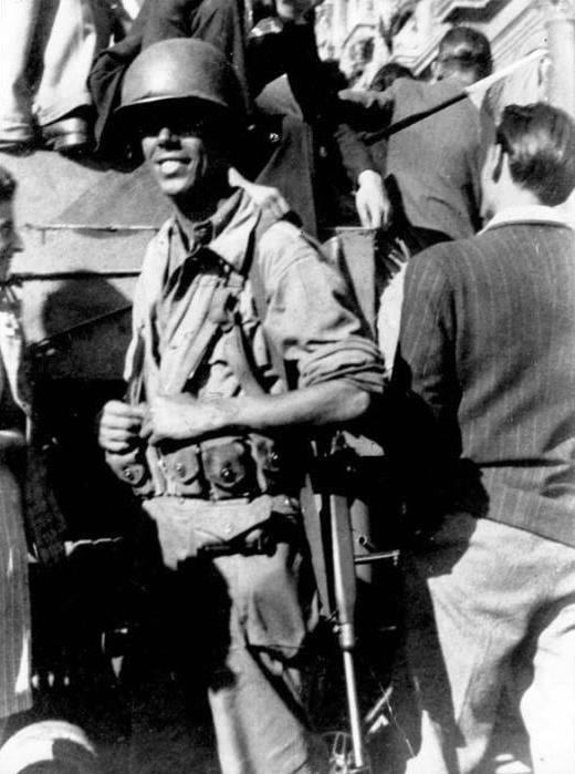 Manuel Lozano davant l'Ajuntament de París (agost de 1944)