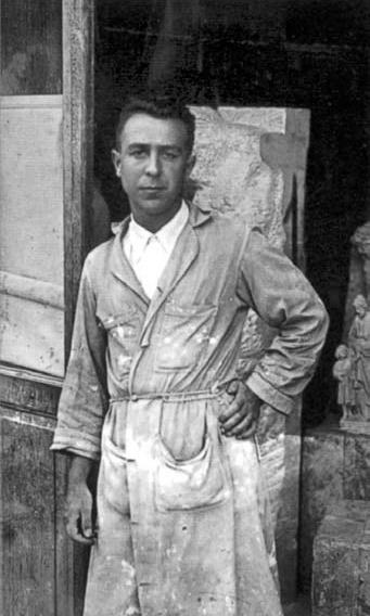 Joaquín Lucarini Macazaga a la porta del seu estudi