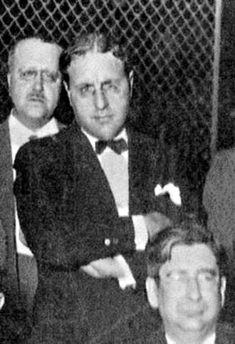 "Juan José Luque Argenti (al centre), amb Marcelino Domingo als seus peus, en sortir de la presó després del judici de la ""Sanjuanada"" (1927)"