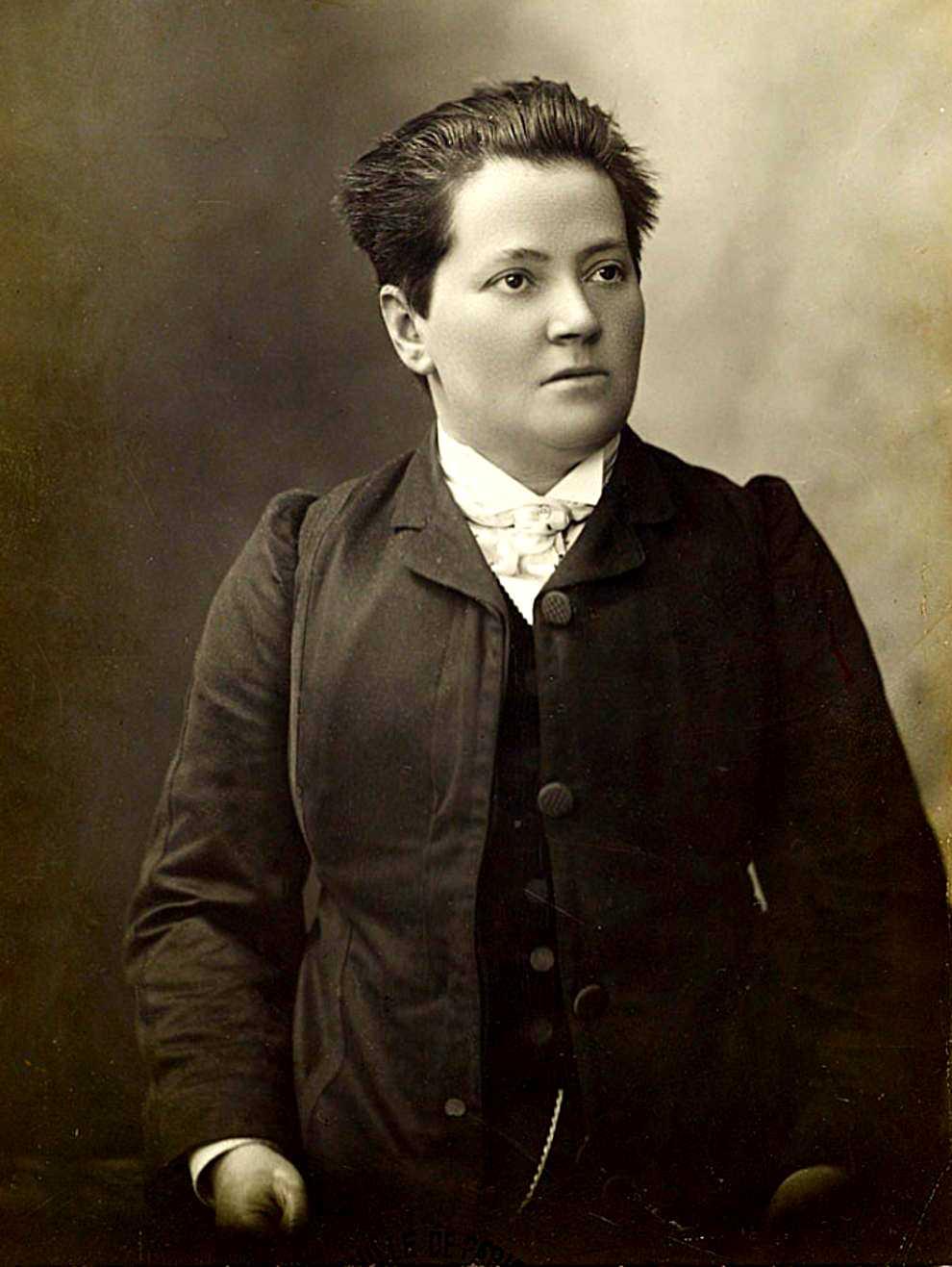 Madeleine Pelletier fotografiada per Henri Manuel a París entre 1900 i 1905