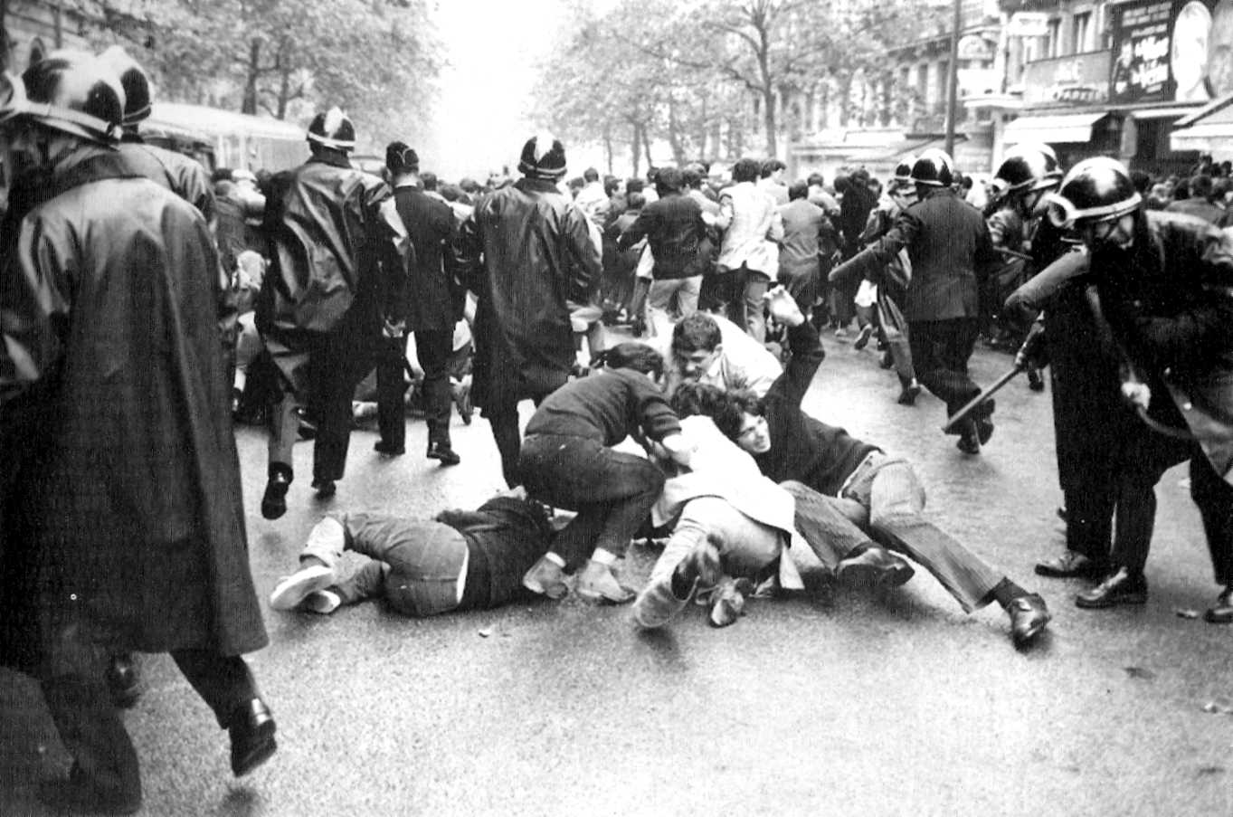 """Càrrega de """"flics"""" contra estudiants"""