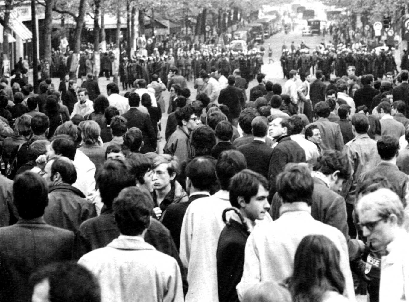 Més de 1.500 estudiants concentrats a la cruïlla de Saint-Michel amb el carrer de les Écoles, a cinquanta metres de la Sorbona (París, 3 de maig de 1968)