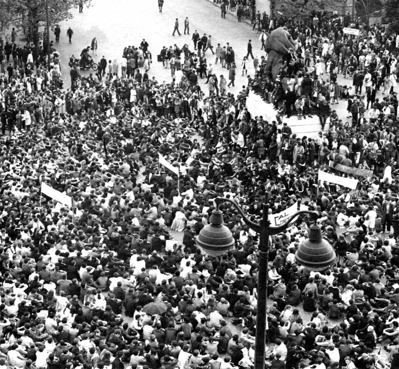 """""""Som un grupuscle"""" (Plaça Denfert-Rochereau. París, 6 de maig de 1968)"""