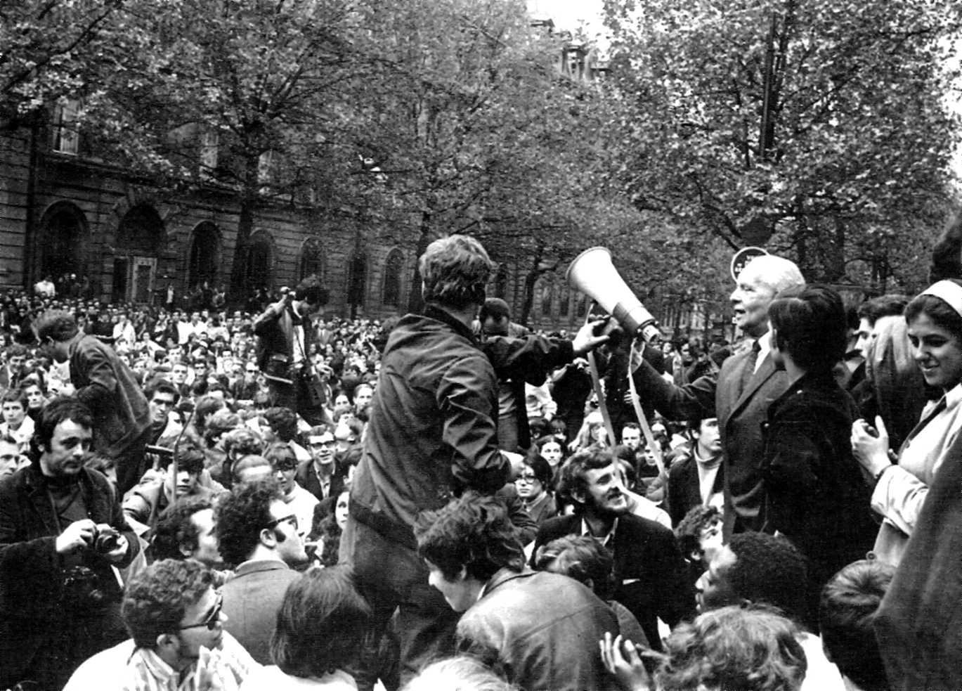 Louis Aragon passa el megàfon a Daniel Cohn-Bendit (Bulevard Saint-Michel, 9 de maig de 1968)