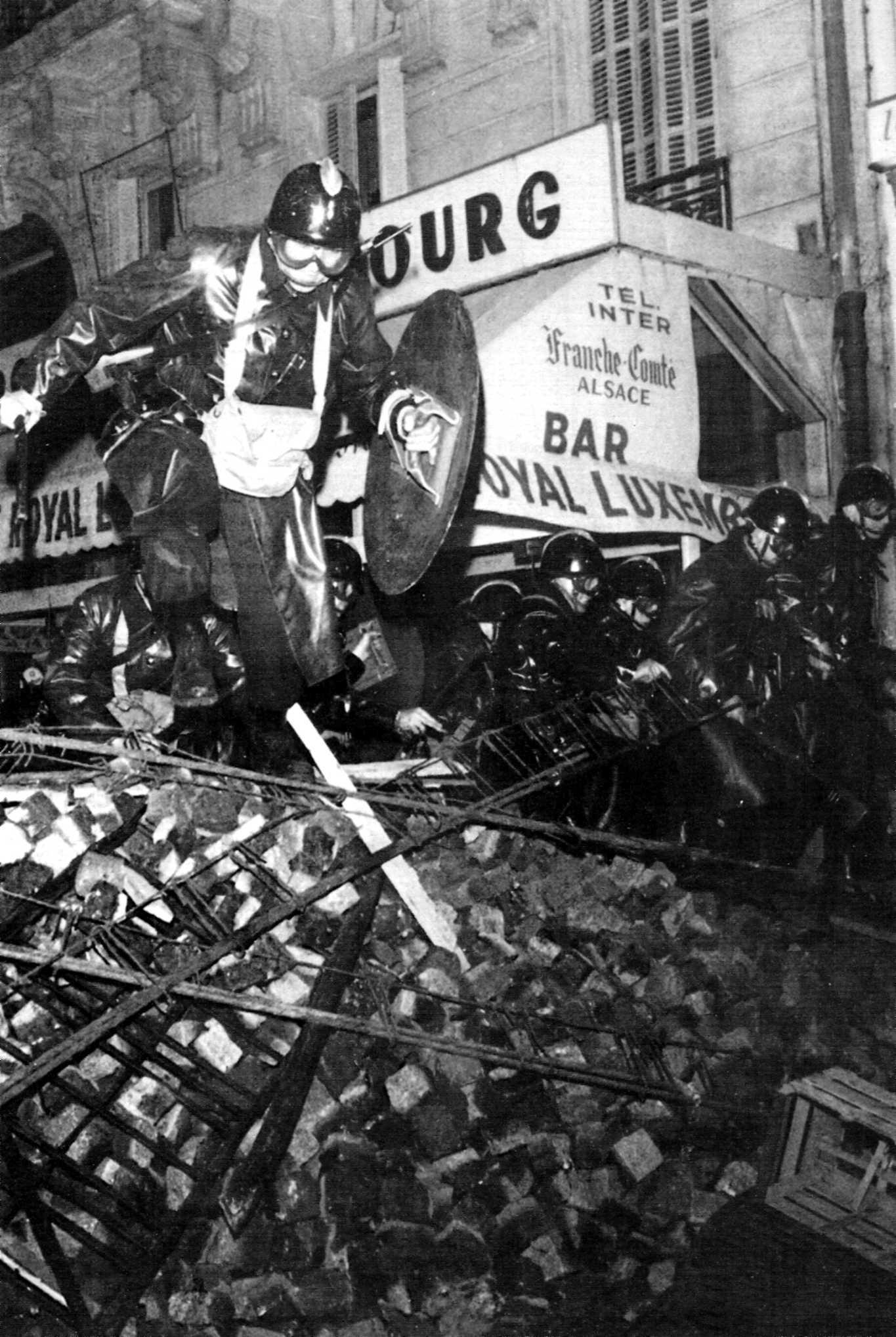 Assalt policíac a les barricades del carrer parisenc de Guy-Lussac (2.05 de la matinada de l'11 de maig de 1968)