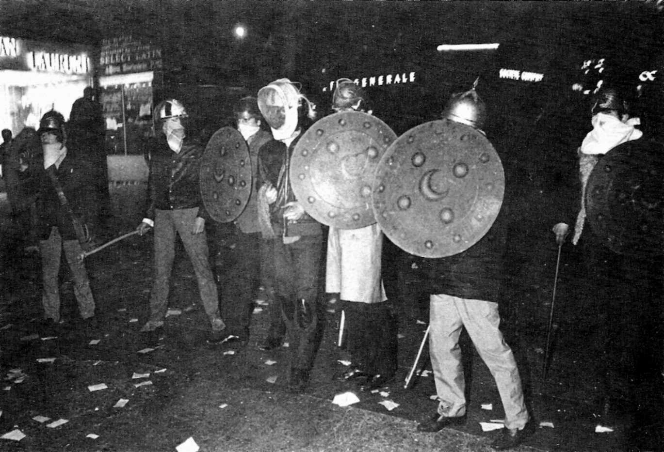 """Els manifestats armats amb l'""""atrezzo"""" de l'ocupat teatre Odéon"""