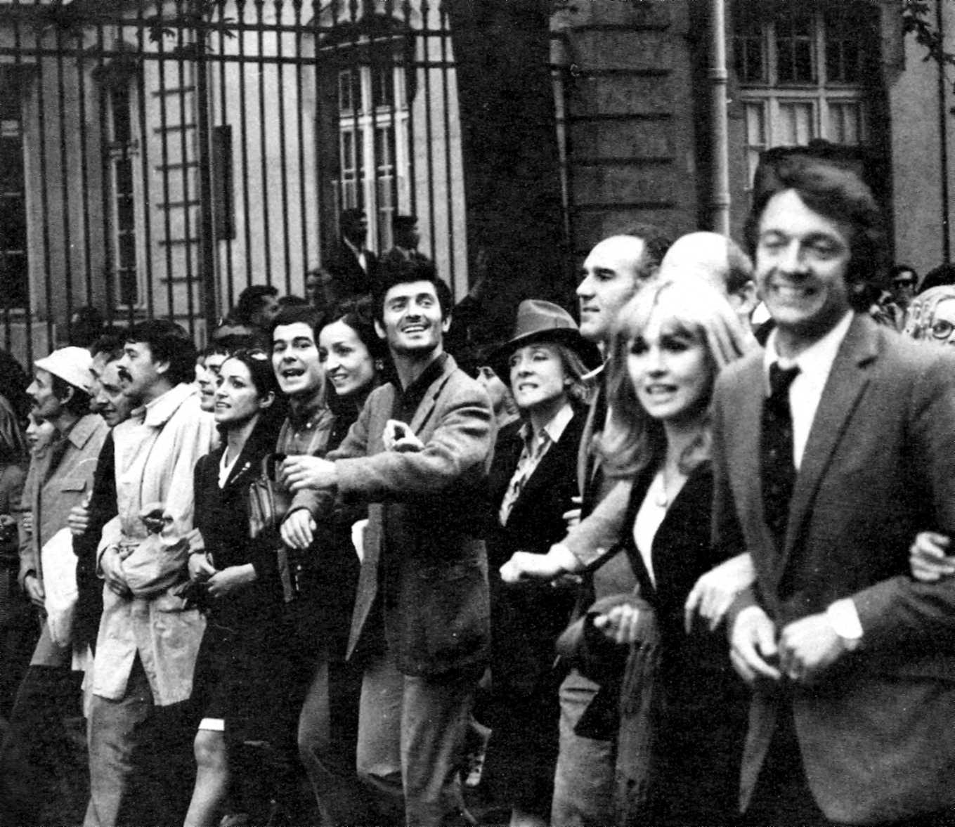 Manifestació de la gent de l'espectacle: Jean-Pierre Cassel, Michel Piccoli, Micheline Presle, Samy Frey, François Fabian, Jacques Brel i Jean Ferrat, entre d'altres