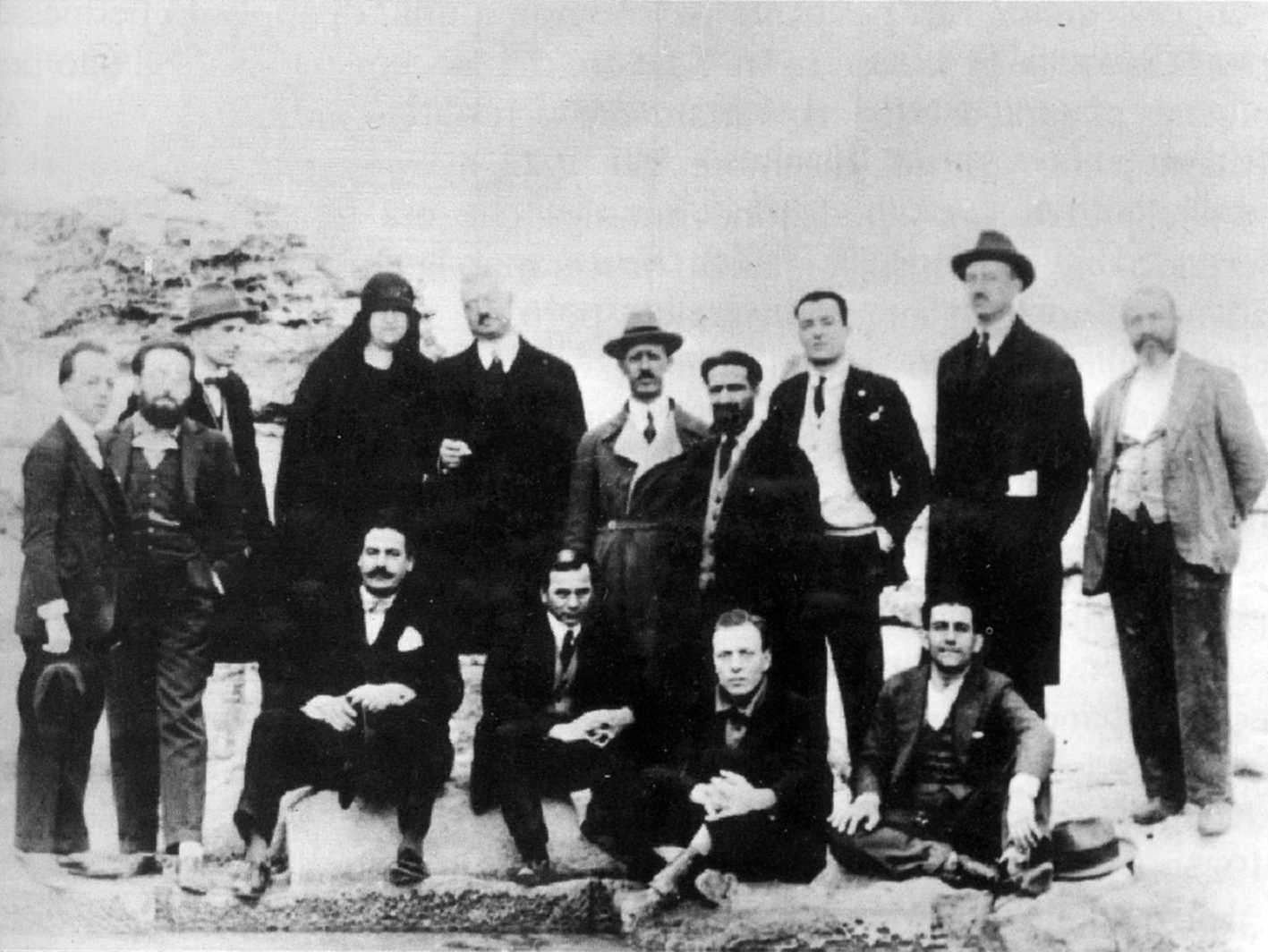 Nino Malara, el primer assegut per la dreta, amb altres confinats (Favignana, 15 de desembre de 1926)