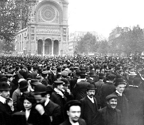 La manifestació passa per la plaça Saint-Augustin (París, 17 d'octubre de 1909)