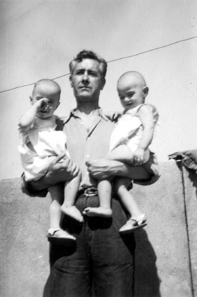 Emiliano Martínez Espinosa con sus hijos gemelos Manuel y Emilio