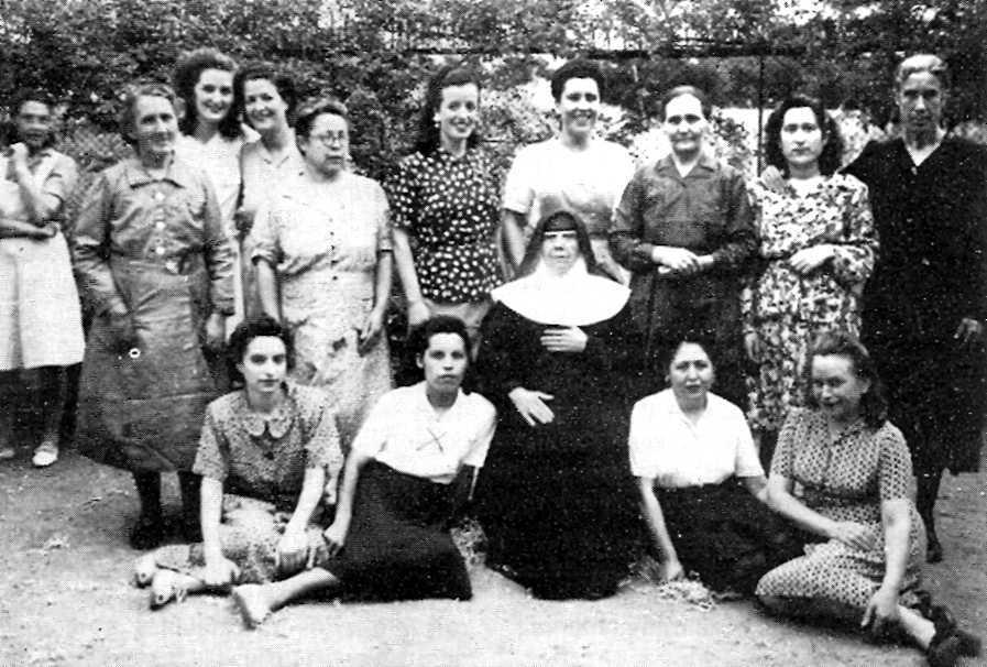 Matilde Escuder (con una cruz en el pecho) en la prisión de Les Corts (Barcelona, 1946)