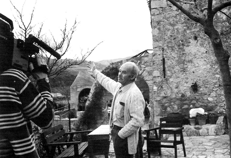Enric Melich a la seva casa pirinenca durant el rodatge d'un documental (2000)