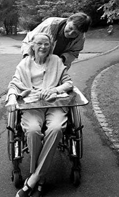 Marianne Enckell y Marie-Chistine Mikhail, en silla de ruedas (agosto 2002)
