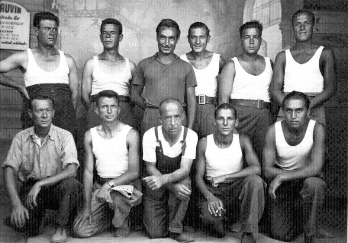 Ricard Mil Ninot (primer per l'esquerra a la gatzoneta) amb altres exiliats de la Vall del Ges al cafè Palmarium de Perpinyà (1939)