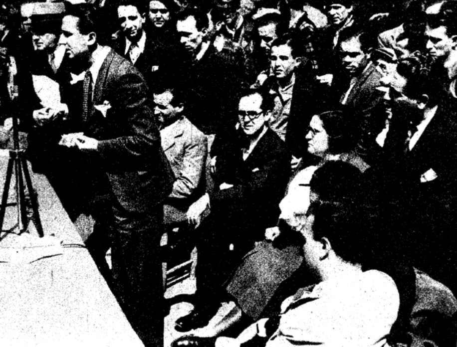 El doctor Félix Martí Ibáñez durant la seva intervenció en el míting pro Hospitals de Sang de la Monumental (11 d'abril de 1937)