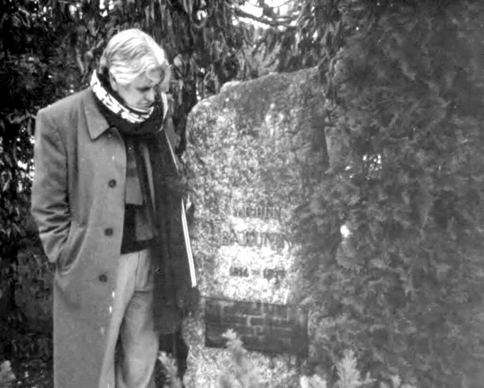 Carlos Molina davant la tomba de Bakunin a Berna (Berna, Suïssa)