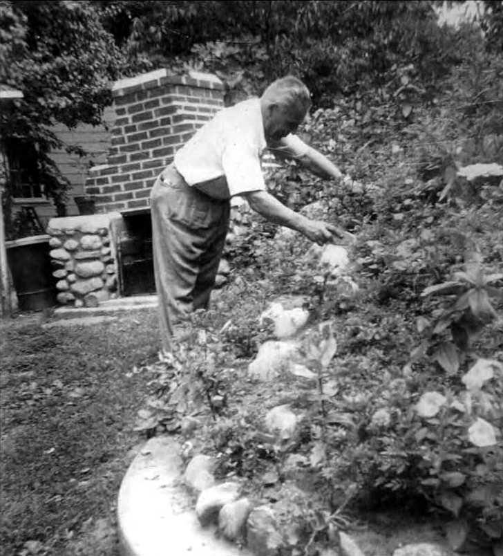 Joseph Moro cuidant el jardí de la seva casa de Bradford