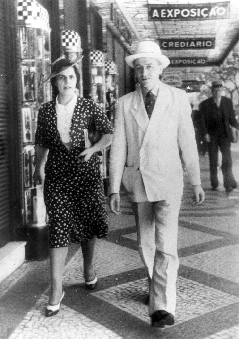Emma Neri i Nello Garavini passetjant per l'Avinguda Rio Branco de Rio de Janeiro (anys quaranta)