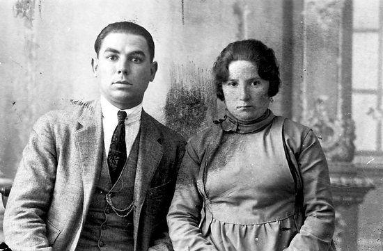 Lluís Nicolau Fort i sa companya Llúcia en una foto distribuïda per la policia per a la seva captura (1921)
