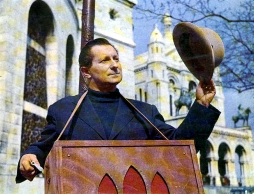 Léo Noël amb el seu orguenet cantant pels carrers de París