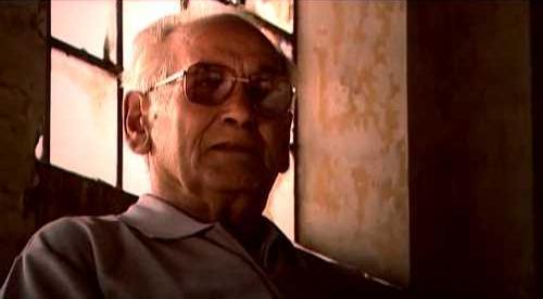 """Francisco Olaya Morales a la Fundició de la Cruz durant el rodatge d'""""El violento oficio de la Historia"""" (agost de 2002)"""