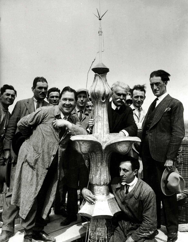 Luigi Parmeggiani (amb els cabells blancs) amb l'arquitecte Ascanio Ferrari (a la seva esquerra) a la cúspide de la Galeria Parmeggiani