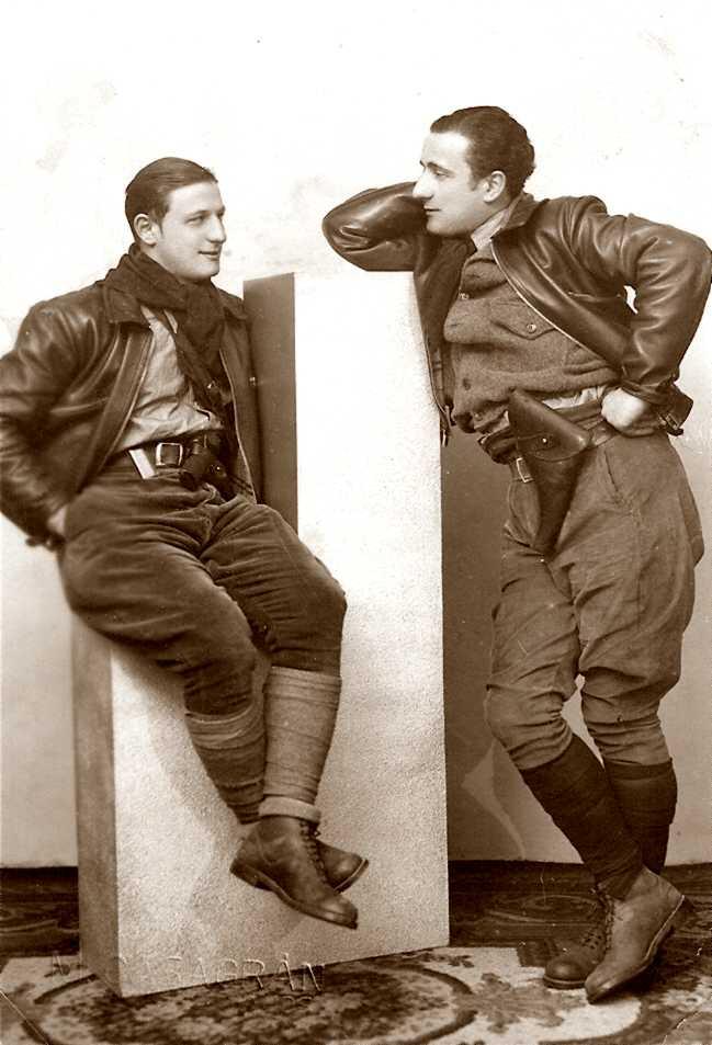 Els milicians Corrado Perissino (a l'esquerra) amb son germà Aldo (ca. 1936)