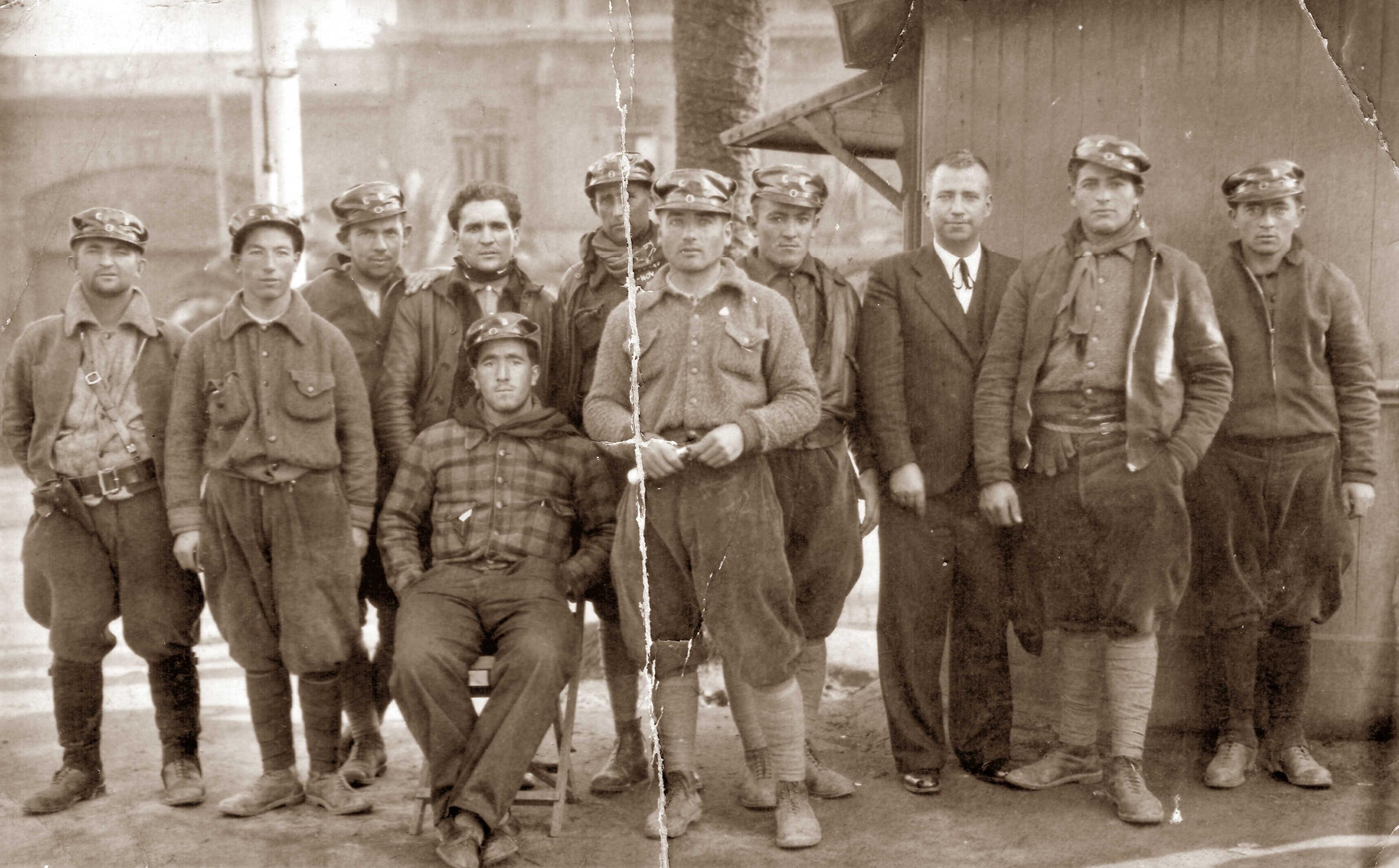 Joseph Péron (tercer per l'esquerra) amb altres companys a la «Caserna Bakunin» (Barcelona, 1936)