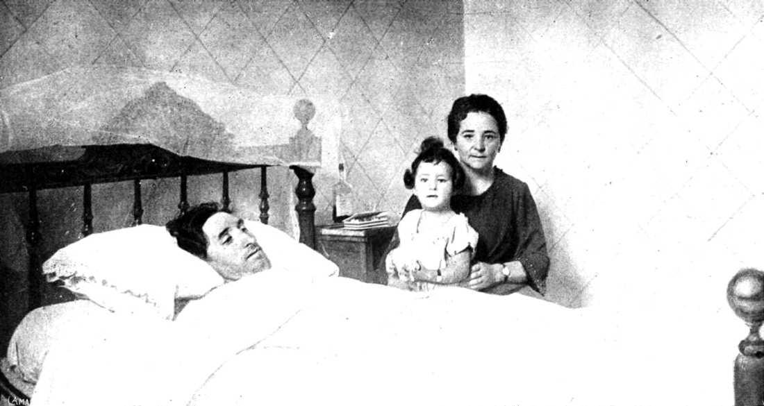 Ángel Pestaña al llit de l'Hospital de Manresa, acompanyat de sa companya Maria i sa filla Azucena (agost de 1922)