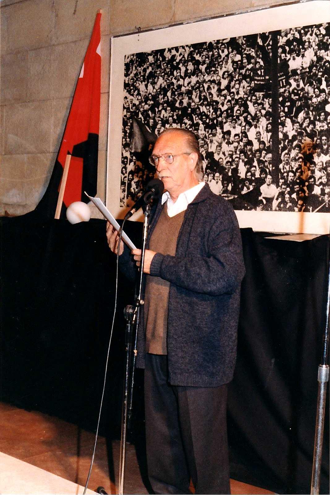 Guillem Pizarro Borràs recitant a la plaça Emili Vendrell de Barcelona