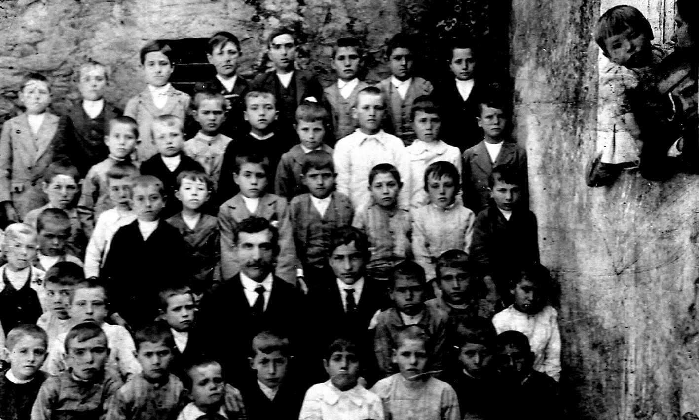 Francisco Portales Sirgado amb sos alumnes de l'escola de Zahínos (1915)