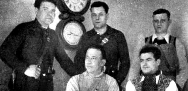 Comitè Central Antifeixista de Vic. Drets, d'esquerra a dreta: Manuel Baillo López, Francesc Freixenet Alborquès i David Poveda Campoy; asseguts, d'esquerra a dreta: Jaume Jutglar Verdaguer i Lluís Aumatell Casellas