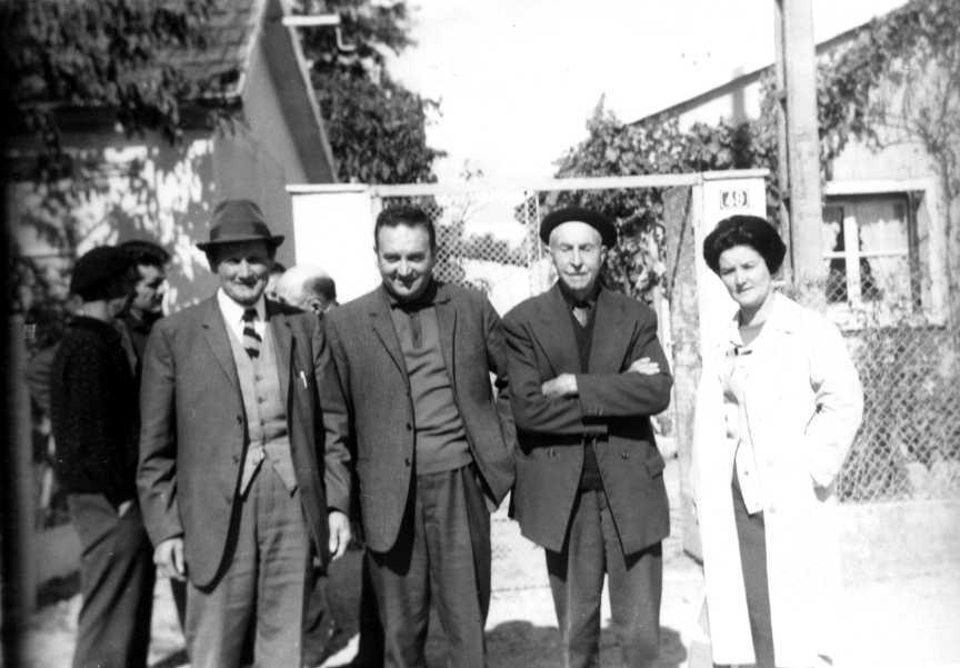 D'esquerra a dreta: Ludovic Pradier, Raymond Beaulaton, Louis Laurent i Madeleine Beaulaton. Trobada de l'AOA (Lamotte-Beuvron, 1967) [CIRA-Lausana]