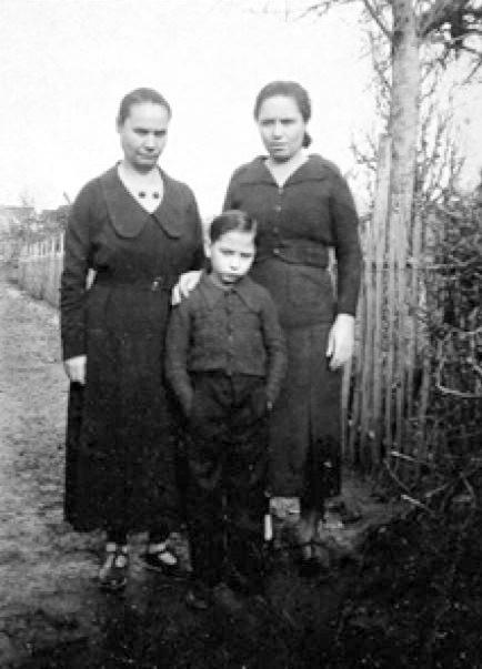 D'esquerra a dreta: Clara Prat Coll, Dolors Prat Coll i Carlos Fernández Medrano. Camp de concentració de Magna-Laval (1940)