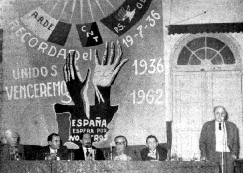 Josep Pujol Grua, dret, parlant en un míting de celebració del 19 de juliol (Porto Alegre, 19 de juliol de 1962)