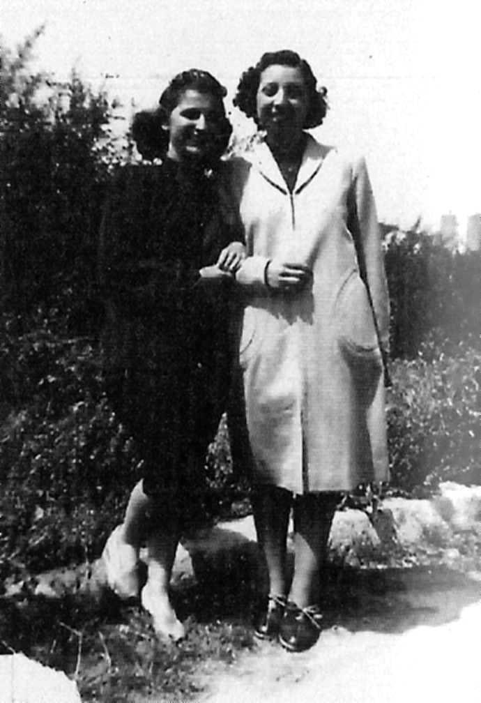 Pura Arcos (dreta) amb una companya de Mujeres Libres, Eucarena García (1942)