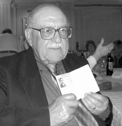 Francisco Ramírez Izquierdo, mostrant el seu carnet confederal, que sempre portava a sobre, en el dinar anual que celebrava l'Associació Cultural Institut Obrer (2004)