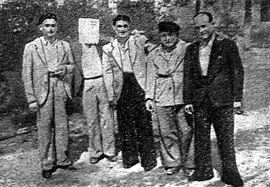 Antonio Raya González, al centre de la foto, amb altres companys guerrillers