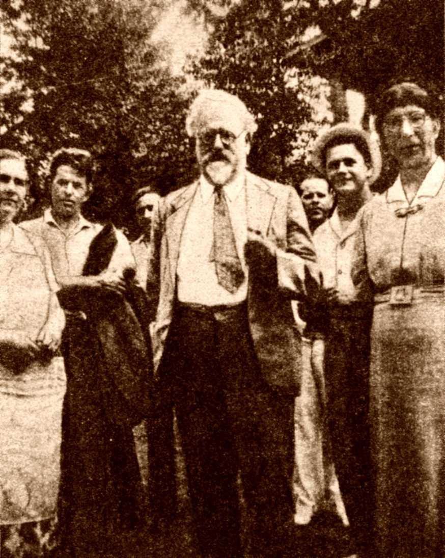 Rudolf Rocker, amb Milly Witkop a la seva esquerra, durant el festival