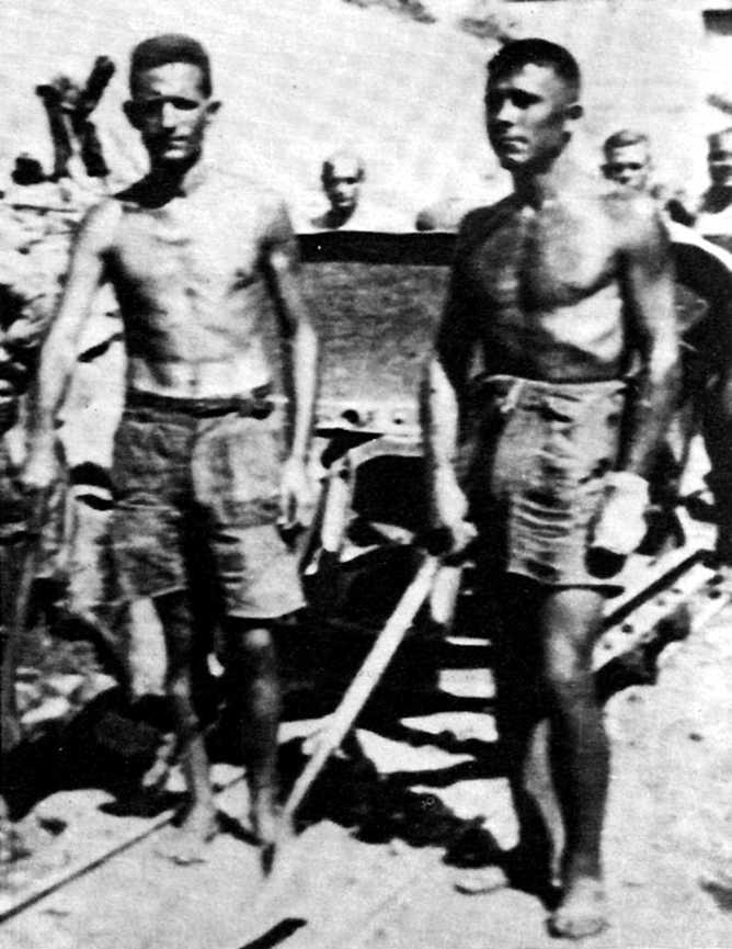 Antoni Rotllant Verdolet (a l'esquerra) pres construïnt el canal d'Anglès en 1940. El company de la dreta morí en l'exili