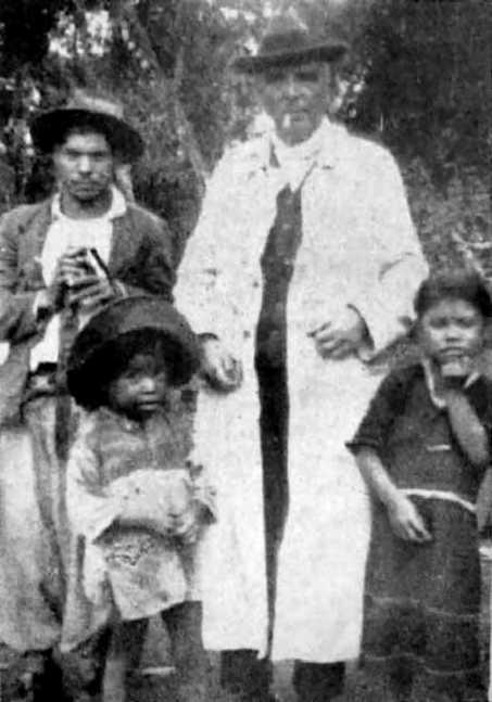 El Dr.  Sartori entre los indios del Toldo bañada