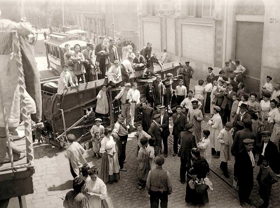 Barricada amb un tramvia bolcat a Gràcia durant els primers moments de la revolta. Fotografia de Brangulí