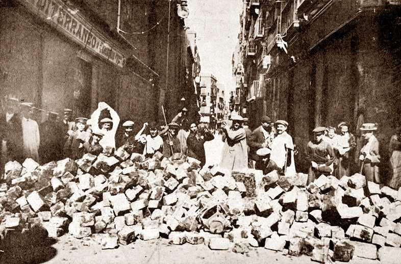 """Barricada al carrer de l'Hospital de Barcelona. Foto de Castellà publicada en """"La Actualidad"""" del 2 d'agost de 1909"""