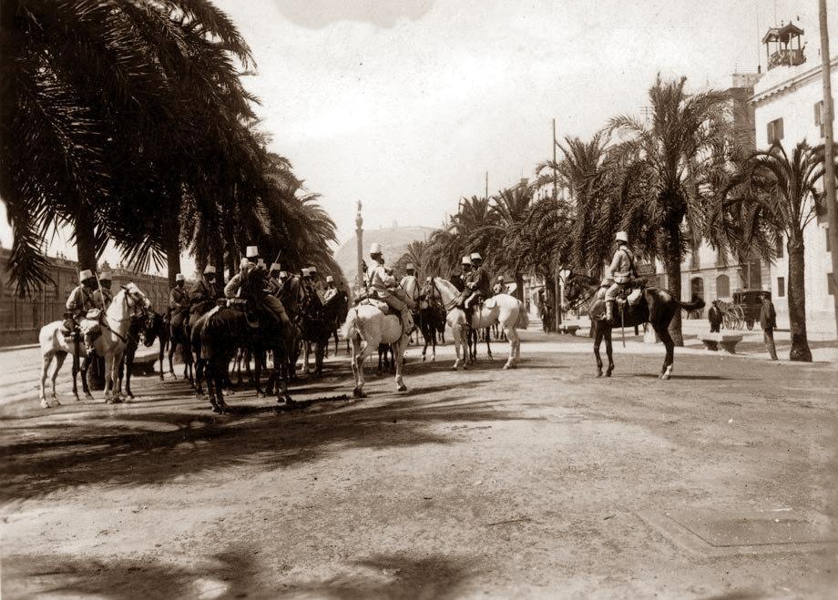 Tropes de l'exèrcit prenen posicions al passeig de Colom (Foto de F. Ballell)