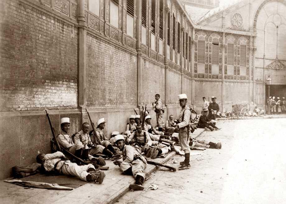 Protecció d'un mercat per soldats i guàrdies municipals (Foto de F. Ballell)