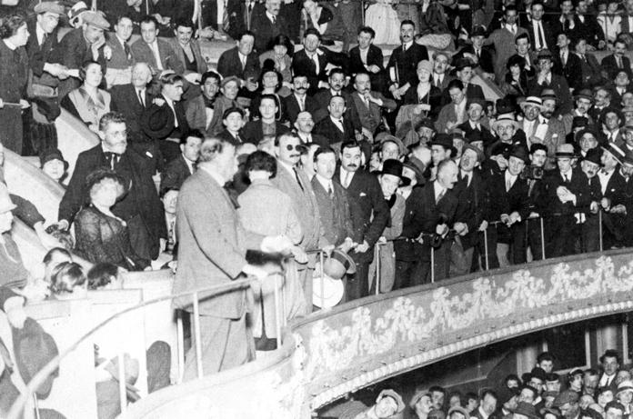 Un moment del míting pro Sacco i Vanzetti del 23 de juliol de 1923. Séverine, asseguda a la part esquerra