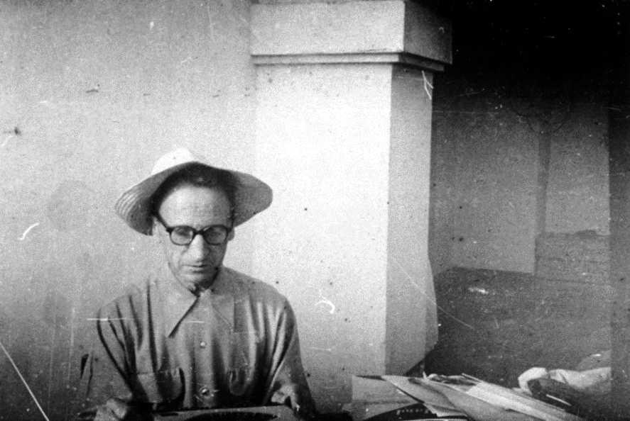 Augustin Souchy escrivint a màquina (Mèxic, 1953)