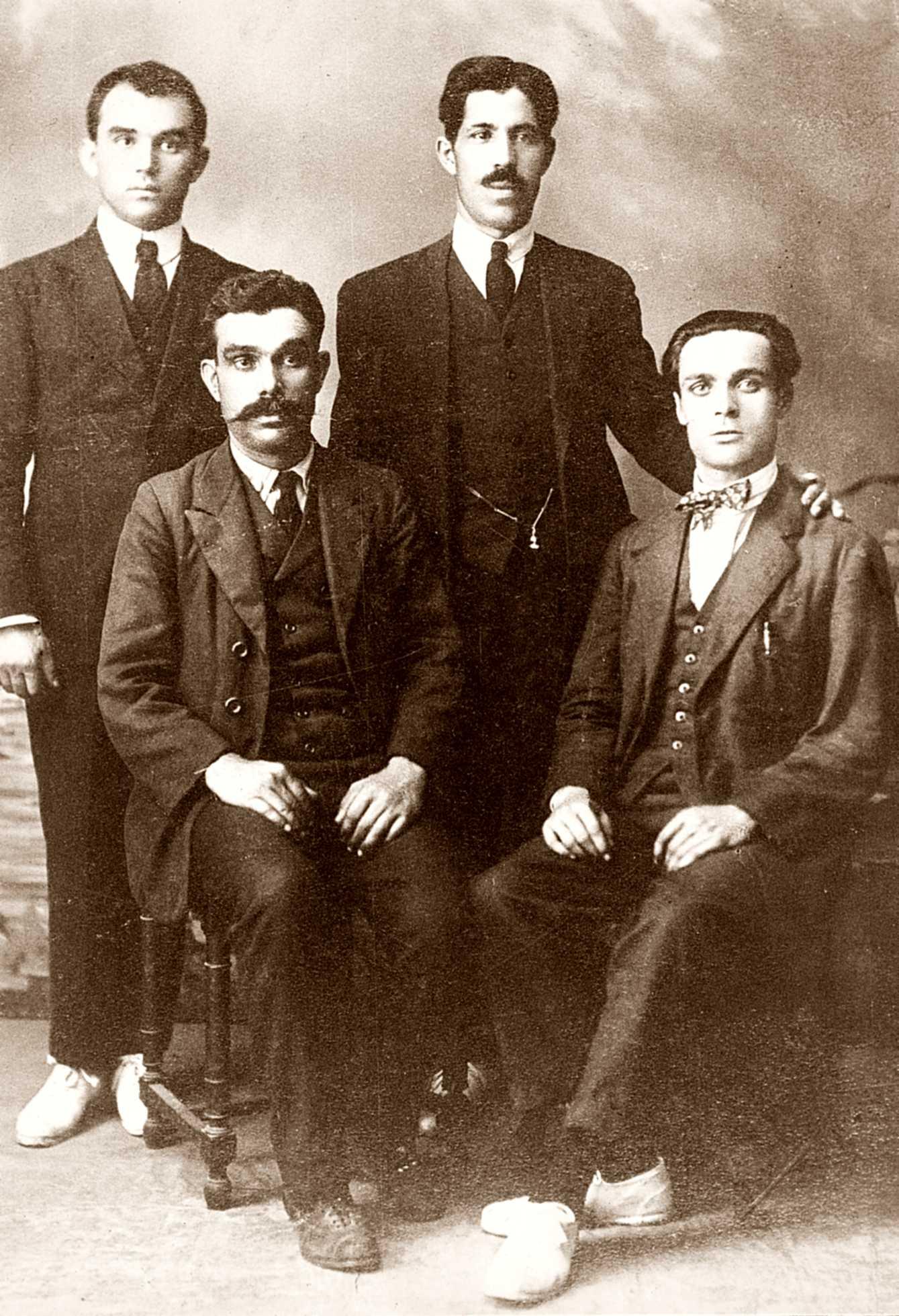 Membres del Comitè Peninsular de la FAI. D'esquerra a dreta drets: Ácrato Lluly i desconegut; d'esquerra a dreta asseguts: Manuel Joaquim de Sousa i Sebastià Clarà Sardó (Barcelona, 12 de novembre de 1930)