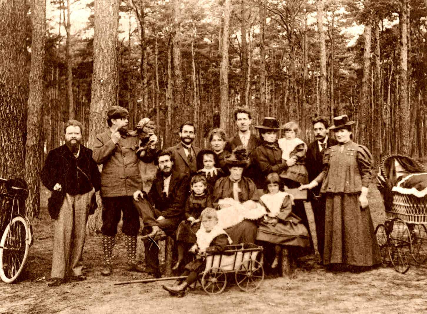 Grup d'anarquistes de Friedrichshagen en una sortida a Müggelsees (octubre de 1898). Dempeus, d'esquerra a dreta: Wilhelm Bölsche, Bruno Wille (amb una titella), Wilhelm Spohr, Minna Spohr, Albert Weidner, Franziska Weidner, Hans Weidner, Matthias Malaschitz i Auguste Wille. Asseguts, d'esquerra a dreta: Gustav Landauer, Charlotte Landauer, Helene Spohr (amb coll amb puntetes), Johanna Bölsche amb son fill Erns Bölsche i Elly Weidner