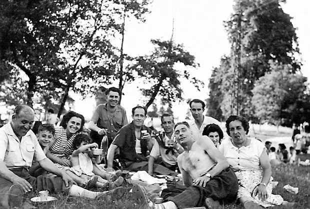 Rolando Sternini, en primer pla amb el tors nu, amb altres companys anarquistes en una excursió (anys cinquanta)
